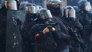 """Des forces de l'ordre mobilisées lors d'une manifestation de """"gilets jaunes"""", le 20 avril 2019 à Paris. (ZAKARIA ABDELKAFI / AFP)"""