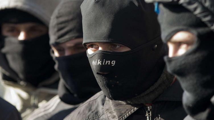 Des membres du groupe nationaliste radical ukraineinPravy Sektor, le 3 février 2014 à Kiev (Ukraine). (DARKO BANDIC / AP / SIPA)
