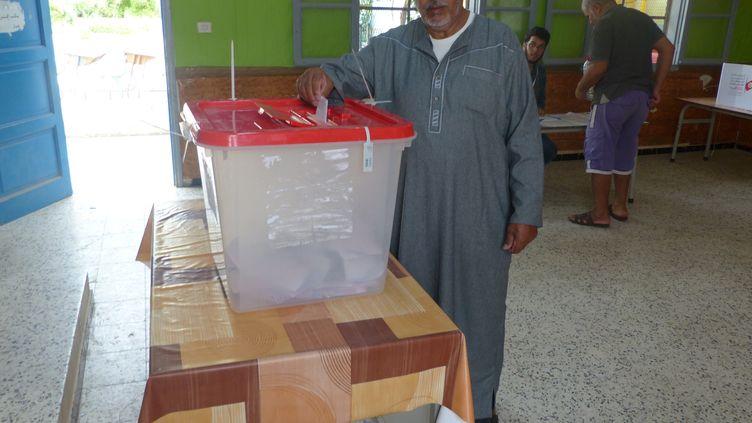 Dans un bureau de vote à Ettadhamen (banlieue nord-ouest de Tunis), lors du second tour de la présidentielle, le 13 octobre 2019. (FTV - Laurent Ribadeau Dumas)