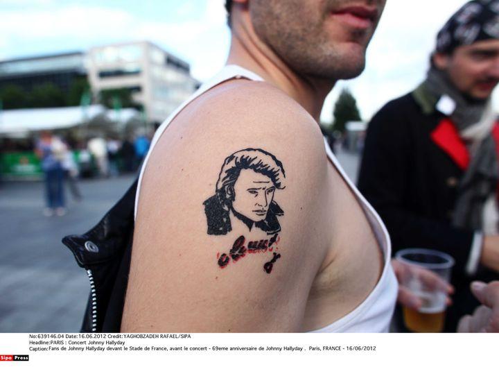 Johnny colle à la peau decertains fans, comme pour cethomme qui se rend à un concert de son idole au stade de France, le 16 juin 2012. (YAGHOBZADEH RAFAEL/SIPA)