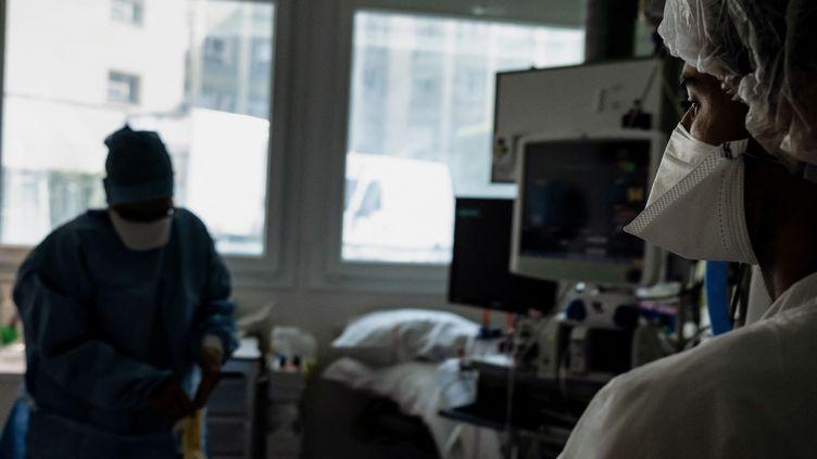 Des infirmières travaillent dans le service de soins intensifs Covid-19 d'un hôpital de Lyon-Sud, le 8 septembre 2021 (Photo d'illustration). (JEFF PACHOUD / AFP)