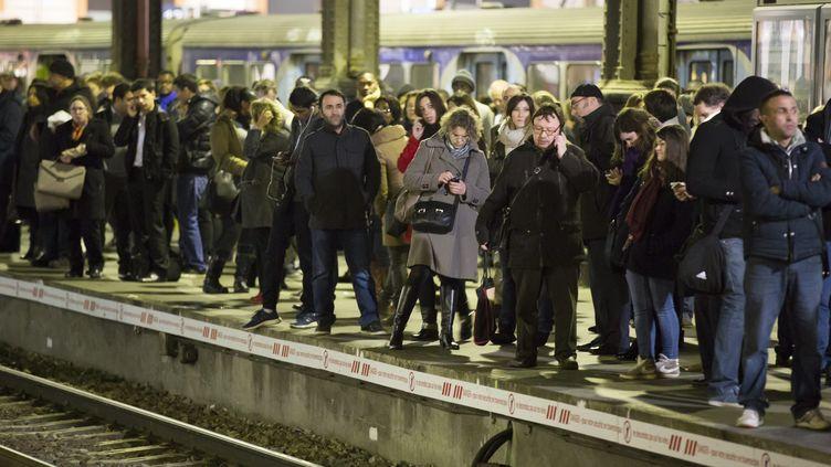 Des usagers du RER A patientent sur le quai, le 29 janvier 2015 à Paris. (MAXPPP)