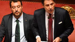 Le Premier ministre italien Giuseppe Conte (à droite) et le ministre de l'Intérieur Matteo Salvini, lors d'un discours solennel au Sénat, le 20 août 2019 à Rome (Italie). (ANDREAS SOLARO / AFP)