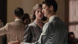 """""""La Promesse de l'aube"""", réalisé par Éric Barbier, est le film événement de cette fin d'année. Il raconte l'histoire d'amour inconditionnel entre une mère, jouée par Charlotte Gainsbourg, et son fils, interprété par Pierre Niney. (France 3)"""