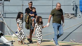 """Cinq des 58 migrants sauvés par l'""""Aquarius"""" au large de la Libye débarquent à Malte, le 30 septembre 2018. (MATTHEW MIRABELLI / AFP)"""