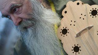 Le luthier espagnol Jesus Reolid montre une viole médiévale qu'il a fabriquée à partir de sculptures (Valladolid, 11 novembre 2016)  (Pierre-Philippe Marcou / AFP)