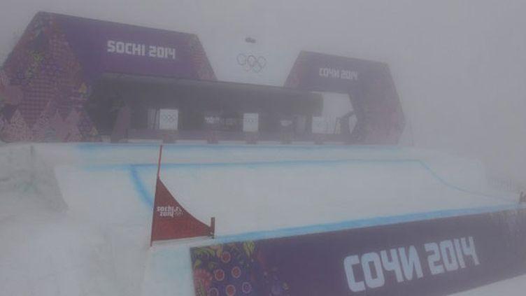Le brouillard enveloppe le départ du snowboardcross