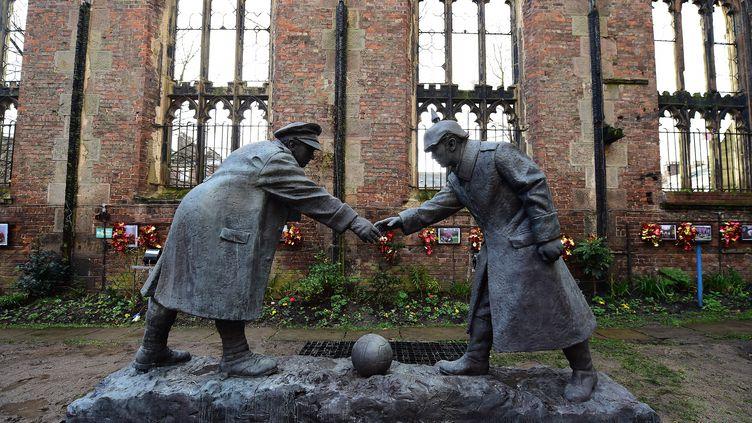 """Une statue représentant la """"Christmas Truce"""", la trêve de Noël 1914, érigée devant une église en ruine de Liverpool (Royaume-Uni), le 15 décembre 2014. (PAUL ELLIS / AFP)"""