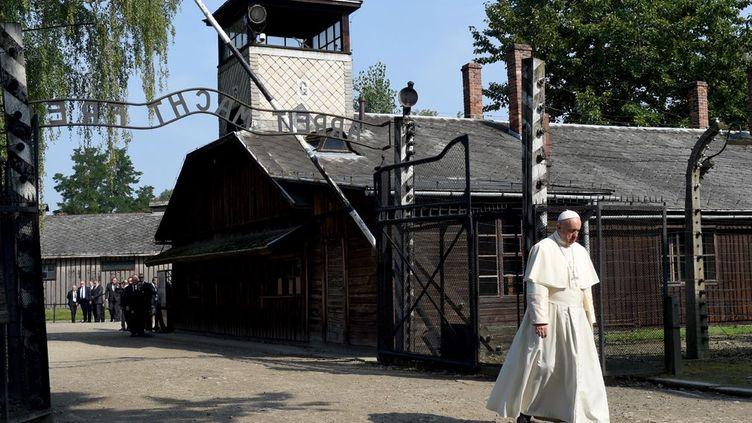 pour encourager et soutenir les jeunes aux Journées Mondiales de la Jeunesse (JMJ), le pape François est allé se recueillir au camp de concentration et d'extermination d'Auschwitz.En Pologne, il se trouve sur les terres de Jean-Paul II, initiateur des JMJ. Lors de son intervention devant les jeunes catholiques, il entend mettre l'accent sur la nécessité d'ouverture à l'égard des migrants. (JANEK SKARZYNSKI / AFP)