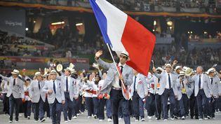 Le canoéiste français Tony Estanguet en tête de la délégation française lors de la cérémonie d'ouverture des Jeux olympiques de Pékin, le 8 août 2008. (FABRICE COFFRINI / AFP)