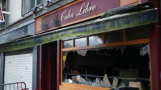 La vitrine du bar Au Cuba libre, détruit par un incendie, à Rouen, le 6 août 2016. (MATTHIEU ALEXANDRE / AFP)