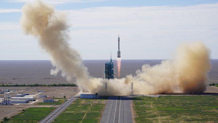 La fusée Longue-Marche 2Fquitte son pas de tir du centre de lancement spatial de Jiuquan, dans le désert de Gobi (nord-ouest de la Chine), le 17 juin 2021. (LI GANG / XINHUA / AFP)