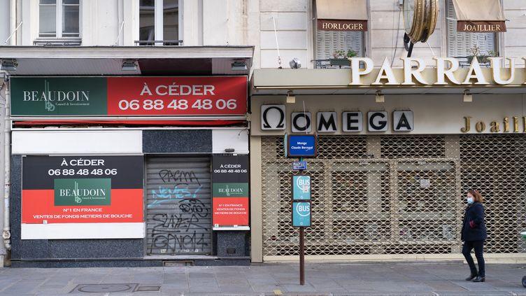 Deux magasins fermés à Paris. (CLARISSE GALLOIS / HANS LUCAS)