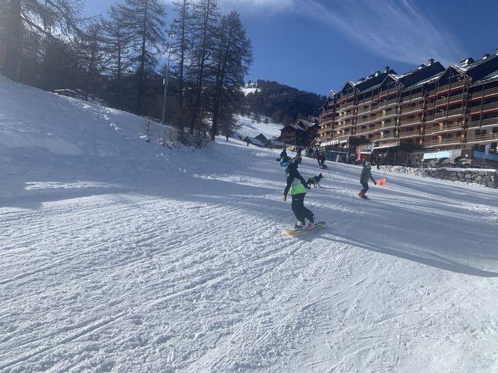 La fermeture des remontées mécaniques n'empêchent pas certains snowboarder de profiter des pistes à Risoul (Hautes-Alpes)n mardi 19 janvier 2021. (MATHILDE VINCENEUX / RADIO FRANCE)