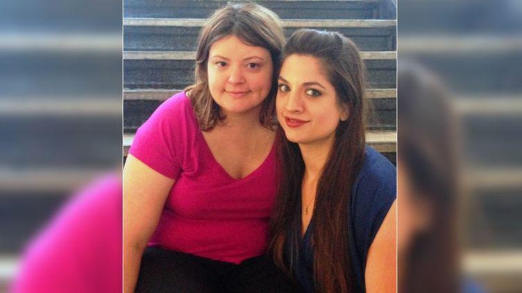 Katy Olson et sa sœur Lizzie Valverde, sur une photo diffusée par l'université Columbia de New York (Etats-Unis), le 16 mai 2015. (COLUMBIA UNIVERSITY)