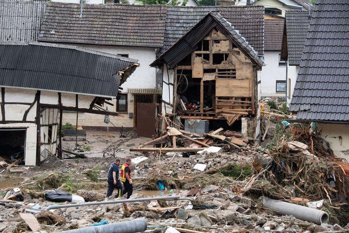 Des secouristes marchent parmi les décombres de la ville de Schuld en Allemagne, le 15 juillet 2021. (BORIS ROESSLER / DPA / AFP)