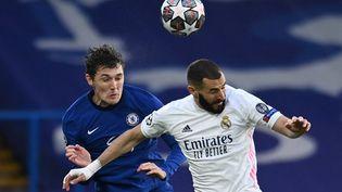 Karim Benzema (Real Madrid) au duel aérien avec Andreas Christensen (Chelsea), le 5 mai 2021 à Stamford Bridge. (GLYN KIRK / AFP)