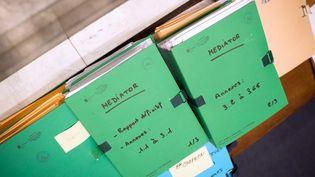 Les dossiers de l'affaire duMediator au tribunal correctionnel de Nanterre(Hauts-de-Seine) à l'ouverture du procès au pénal, le 14 mai 2012. (MARTIN BUREAU / AFP)