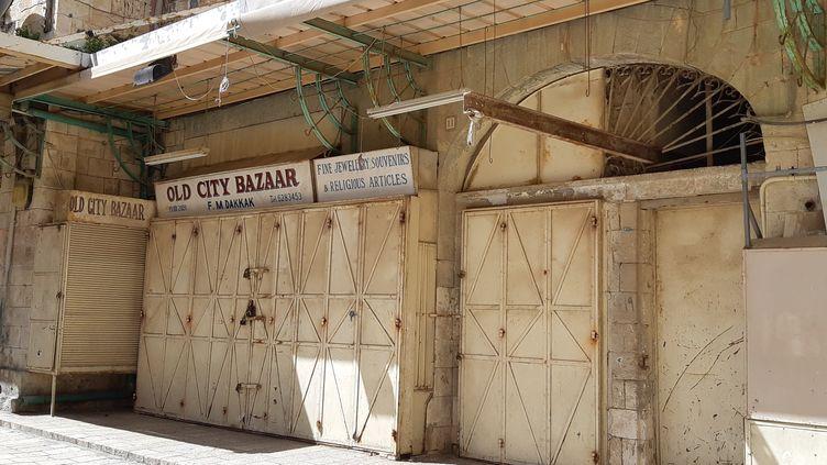 """Un magasin de souvenirs et d'articles religieux, le """"Old City Bazar"""", fermé pour cause de confinement à Jérusalem. (FRÉDÉRIC MÉTÉZEAU / ESP - REDA INTERNATIONALE)"""