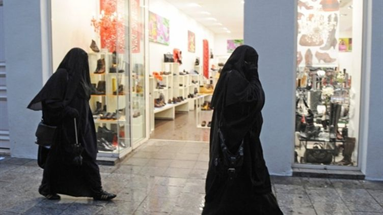 Porter le voile intégral dans la rue, comme ici à Marseille, est désormais interdit (archives, décembre 2009) (AFP / Michel Gangne)