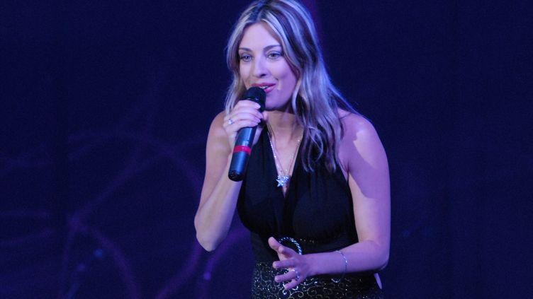 La chanteuse française Eve Angeli, lors d'un concert à Arles-sur-Tech (Pyrénées-Orientales), samedi 10 avril 2010. (CITIZENSIDE / AFP)