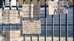 Des étudiants dénoncentla gestion de la crise sanitaire, à Paris le 18 janvier 2021. (VINCENT KOEBEL / NURPHOTO / AFP)