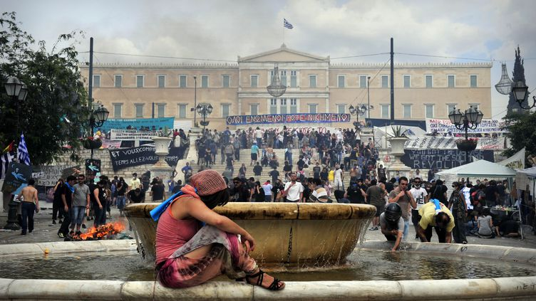 En face du Parlement grec, lors de manifestations à Athènes, le 15 juin 2011. (LOUISA GOULIAMAKI / AFP)