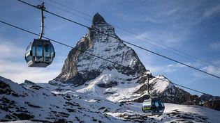 Le maintien à l'arrêt pendant les vacances de Noël 2020 des remontées mécaniques dans les stations de ski française incompris (illustration). (FABRICE COFFRINI / AFP)