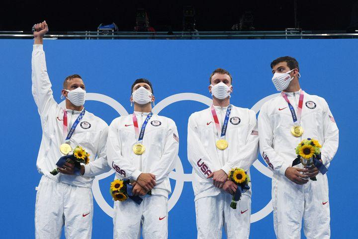 Caleb Dressel (a sinistra) conquista il podio dopo aver conquistato l'oro nella staffetta 4x100m stile libero con Blake Peroni, Bowen Becker e Zach Apple.  (OLI SCIARPA / AFP)