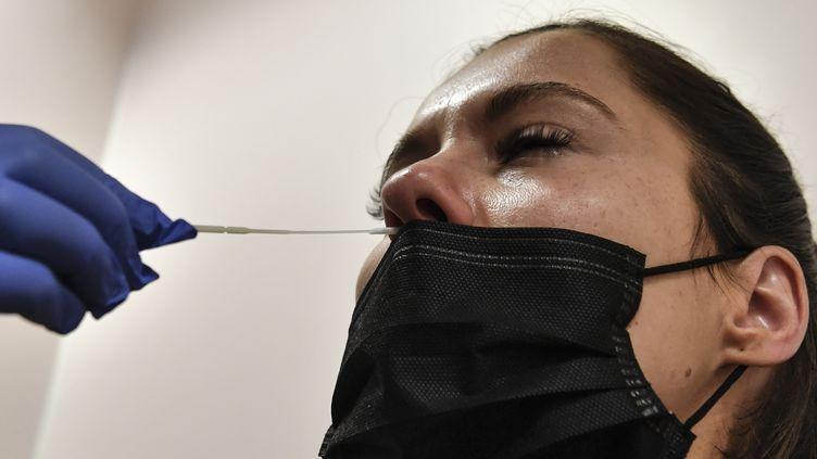 Un test PCR, le 15 septembre 2020 à Neuilly-sur-Seine (Hauts-de-Seine). (ALAIN JOCARD / AFP)