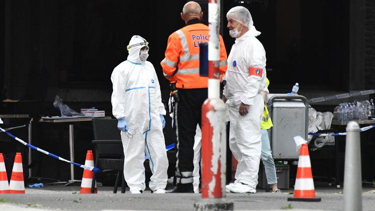 Les enquêteurs de la police scientifique belge mènent leurs investigations sur le lieu de l'attaque, le 29 mai à Liège (Belgique). (ERIC LALMAND / BELGA)