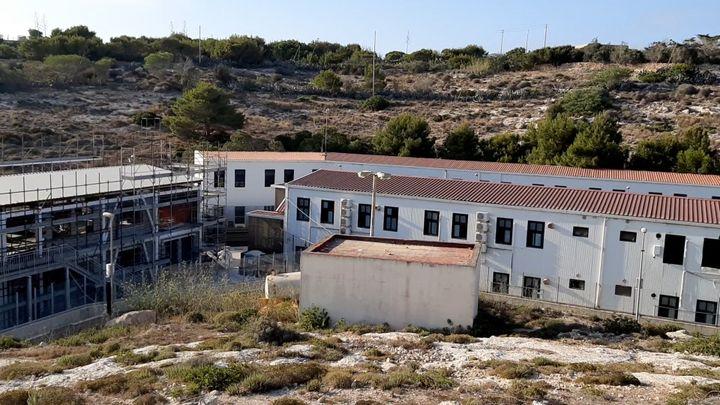 Le centre d'accueil de migrants, sur l'île de Lampedusa. (BRUCE DE GALZAIN / RADIO FRANCE)