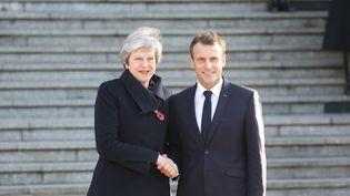 La Première ministre Britannique, Theresa May, et le président français, Emmanuel Macron, le 9 novembre 2018 à Albert (Somme). (LUDOVIC MARIN / AFP)