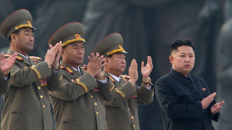 Le leader nord-coréen Kim Jong-un, pendant une cérémonie militaire à l'occasion de l'installation de statues de ses prédécesseurs, Kim Jong-il et Kim Il-sung, le 13 avril 2013 à Pyongyang (Corée du Nord). (ED JONES / AFP)