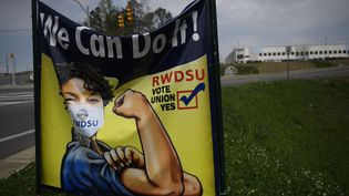 Une affiche du syndicat RWDSU devant l'entrepôt Amazon à Bessemer (Alabama), le 26 mars 2021. (PATRICK T. FALLON / AFP)