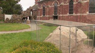 À Féchain, dans les Hauts-de-France, un rocher de sept tonnes, datant du Néolithique,sèmela discorde dans cette commune de quelques centaines d'habitants. (CAPTURE ECRAN FRANCE 2)