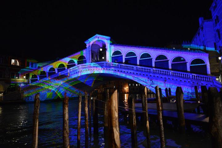 Le pont du Rialto à Venise, le 4 décembre 2020. (ANDREA PATTARO / AFP)