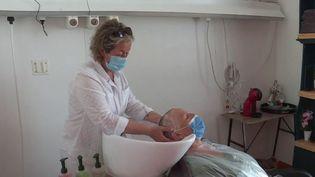 Cannes : des coiffeurs bénévoles pour des patients atteints du cancer (FRANCE 3)