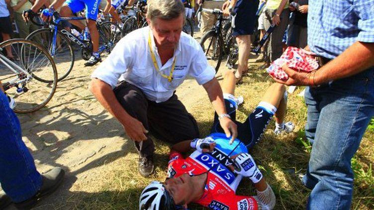 Le 6 juillet 2010, Franck Schleck se retrouvait au tapis après une chute sur les pavés.  (JOEL SAGET / POOL)