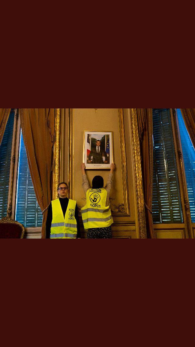 """Desmilitants pour le climat font une """"réquisition"""" du portrait d'EmmanuelMacron. (TOUS DROITS RÉSERVÉS)"""