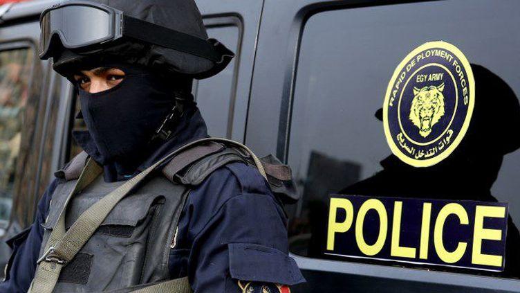 Un policier égyptien place Tahrir au Caire, le 25 janvier 2017. (STRINGER / AFP )