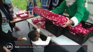 À Noisy-le-Grand (Seine-Saint-Denis), des bénévoles du Secours populaire ont distribué des cadeaux à 60 enfants qui vivent avec leurs parents dans un foyer. (France 2)