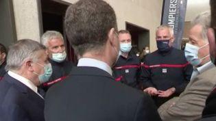 La campagne de vaccination s'accélère ce week-end en France grâce à des doses supplémentaires de vaccins, des centres ouverts y compris le week-end, et du personnel pour injecter le vaccin.Près de Marseille(Bouches-du-Rhône)par exemple, ce sont les pompiers qui sont mobilisés. (FRANCE 2)