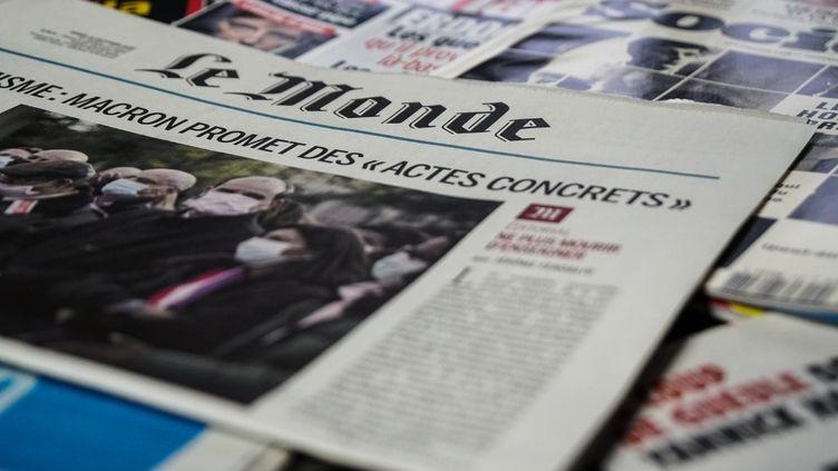 Un exemplaire du journalLe Monde, daté du29 octobre 2020. (NICOLAS FARMINE / HANS LUCAS / AFP)