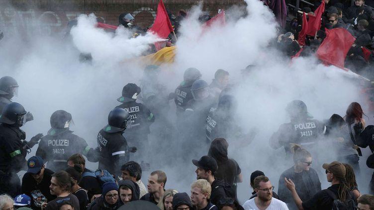 Des policeirs font usage de gaz lacrymogène, le 6 juillet 2017 à Hambourg (Allemagne). (SEBASTIAN WILLNOW / AP / SIPA)