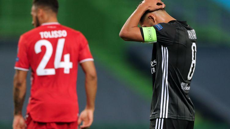 Le LyonnaisHoussem Aouar encaisse la défaite de l'OL face à au Bayern Munich, en demi-finale de la Ligue des champions, mercredi 19 août à Lisbonne, au Portugal. (MIGUEL A. LOPES / POOL / AFP)