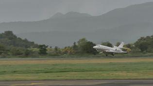 Un avion médical décolle de l'aéroport Aimé-Césaire en Martinique,le 31 juillet 2021, pour transférer des patients atteints du Covid-19 vers l'Ile-de-France. (THOMAS THURAR / AFP)