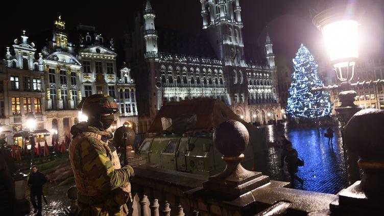 Un soldat sur la Grand Place de Bruxelles, le 22 novembre 2015, lors des opérations antiterroristes. (EMMANUEL DUNAND / AFP)