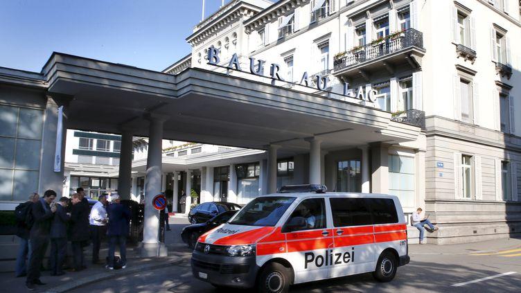 Un van de la police suisse devant l'hôtel zurichois (Suisse) où ont été arrêtés des responsables de la Fifa, le 27 mai 2015. (ARND WIEGMANN / REUTERS)
