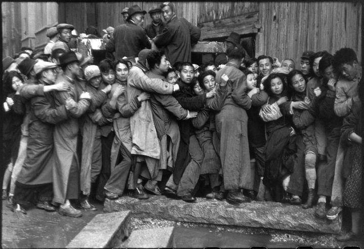 Henri Cartier-Bresson, Foule attendant devant une banque pour acheter de l'or pendant les derniers jours du Kuomintang, Shanghai, Chine, décembre 1948  (Henri Cartier-Bresson / Magnum Photos, courtesy Fondation Henri Cartier-Bresson)